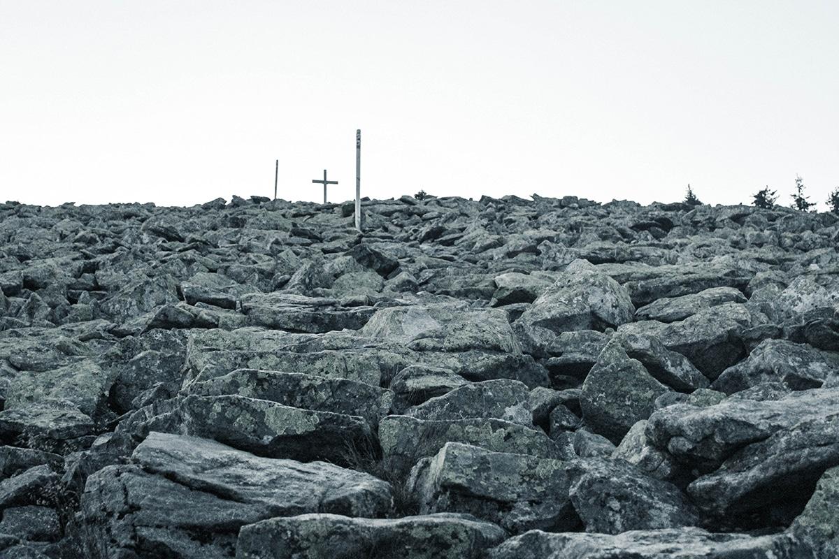 lusen-gipfel-kreuz-steine-01