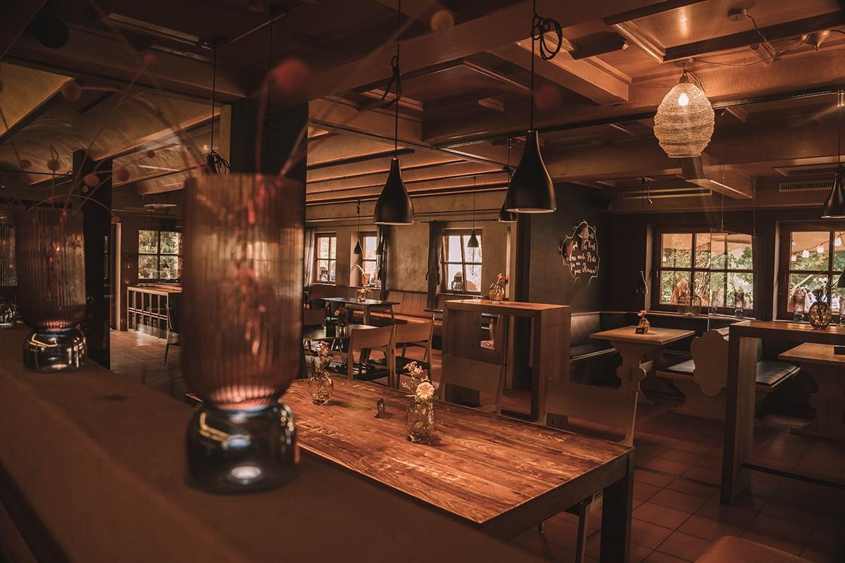 schnitzmuehle-restaurant-tische-vasen