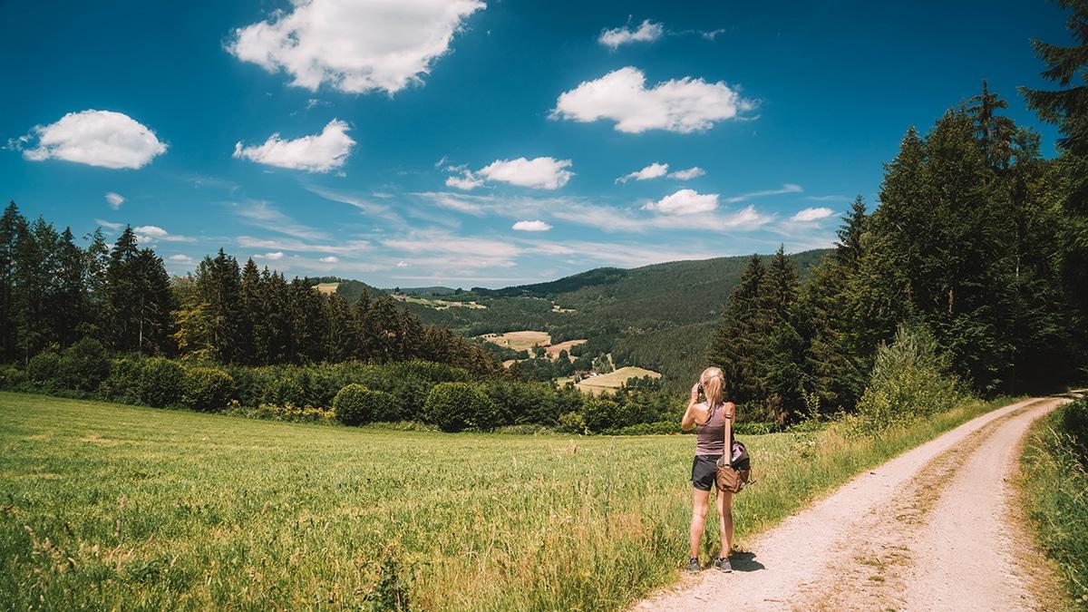 viechtach-frau-wandern-blauer-himmel-aussicht