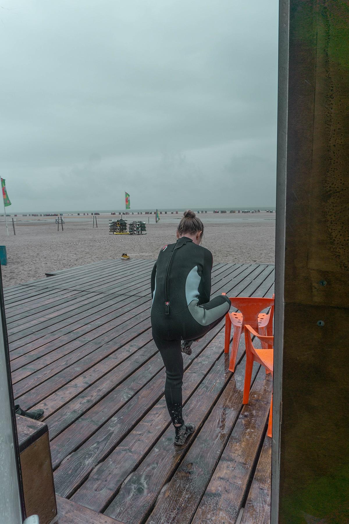 amrum-surfschule-frau-regen