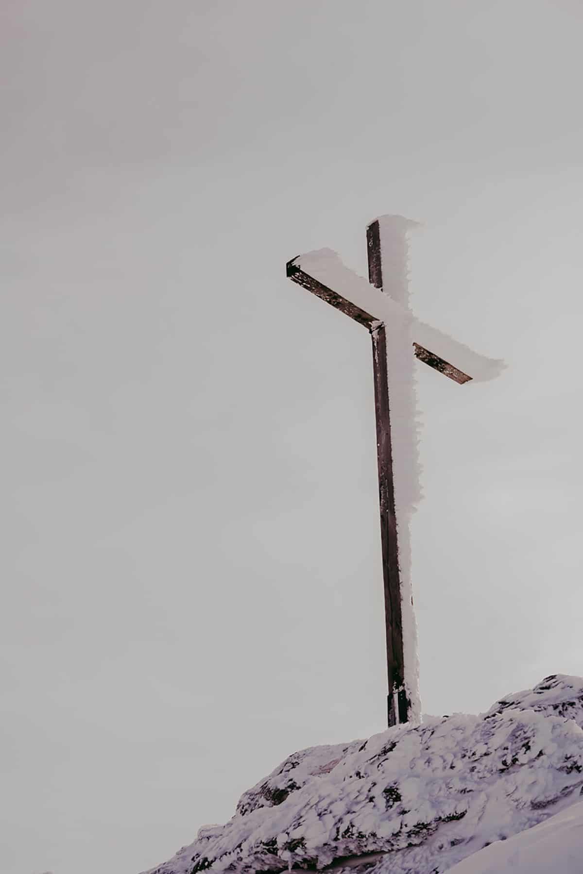 arber-winter-schnee-gipfelkreuz