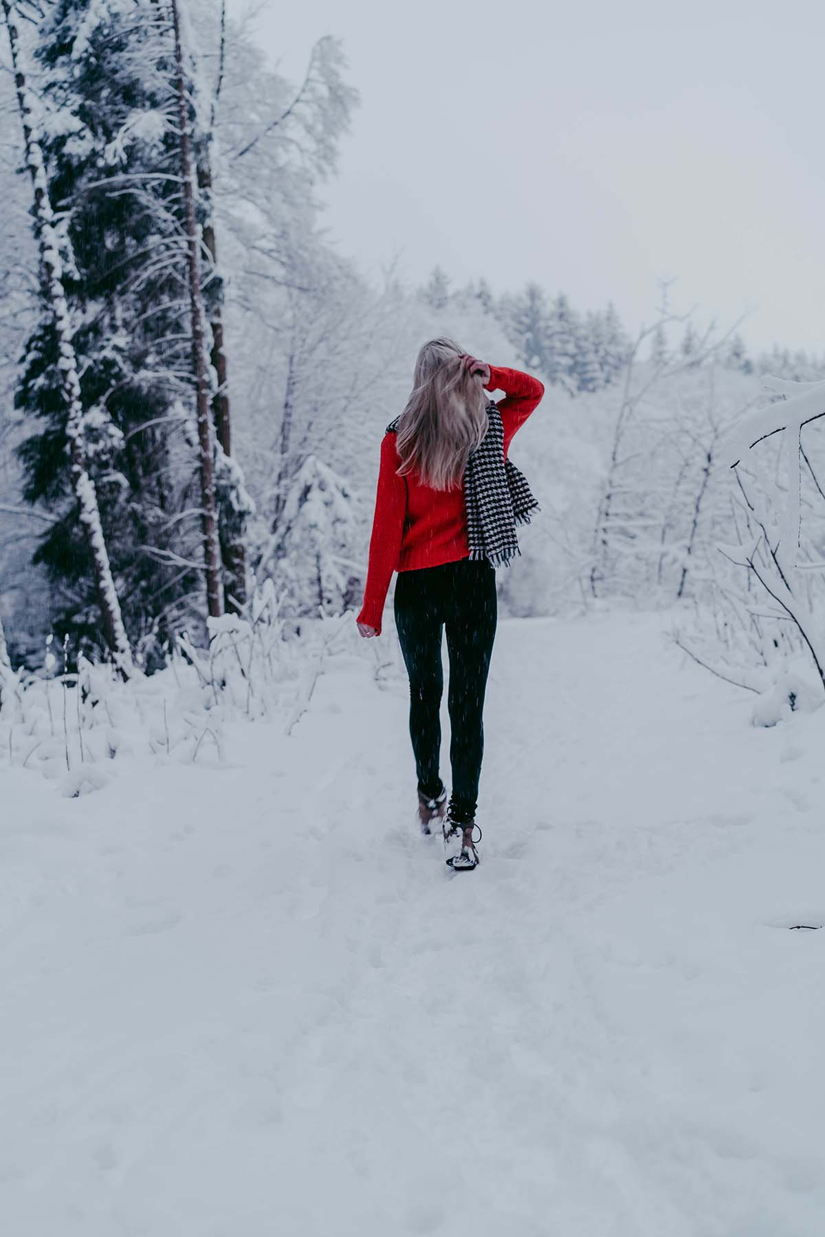 baernloch-winter-schnee-frau