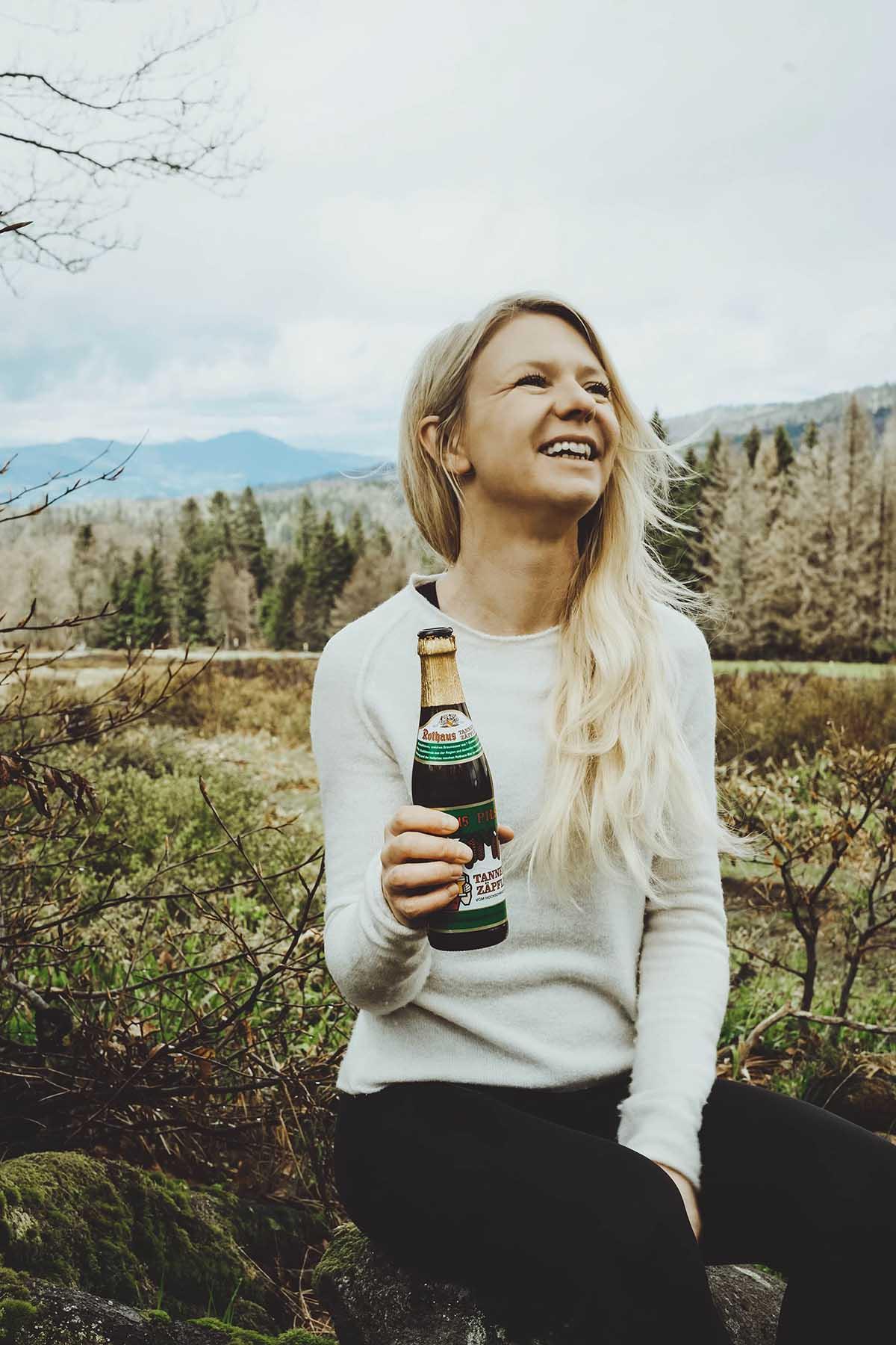 schachtenwanderung-frau-bier