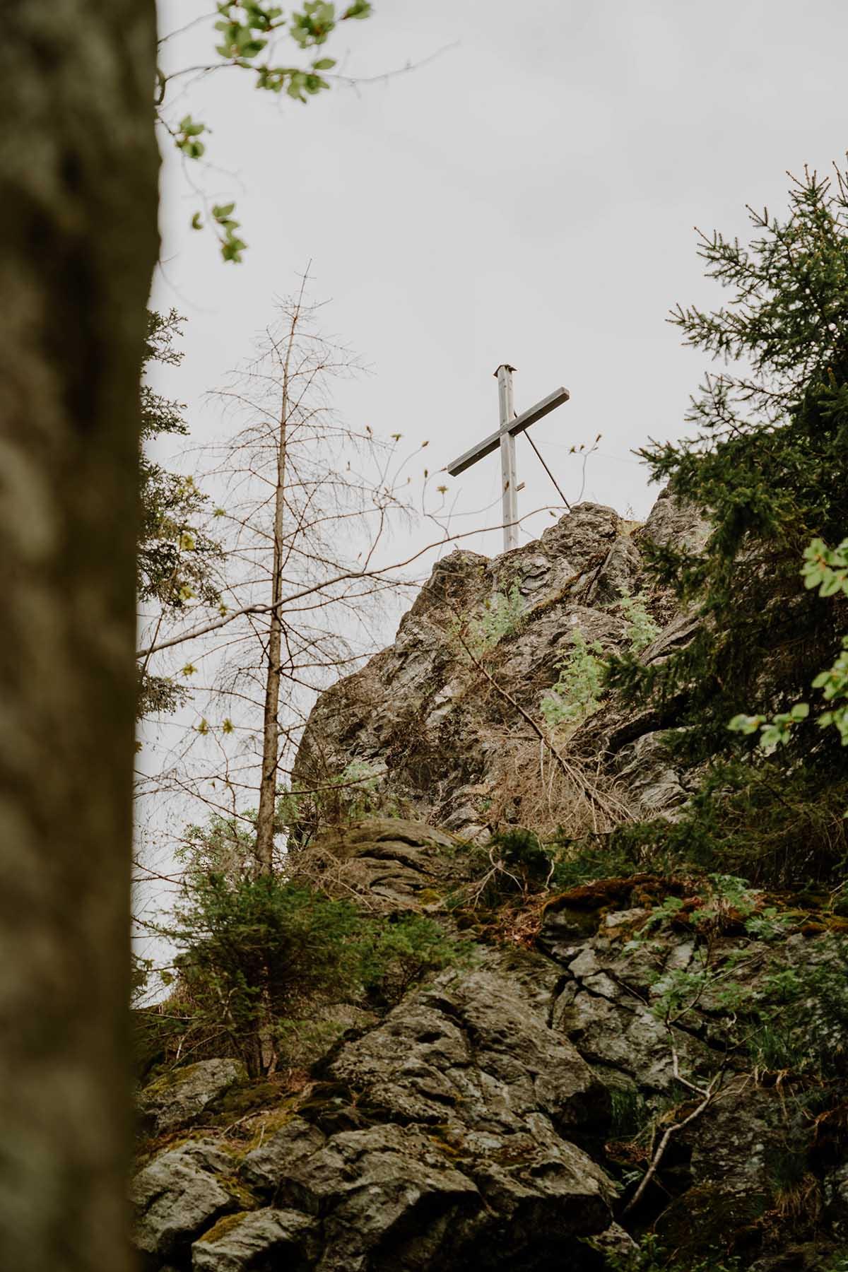 heugstatt-enzian-hochstein-wanderung-wald-gipfelkreuz-detail