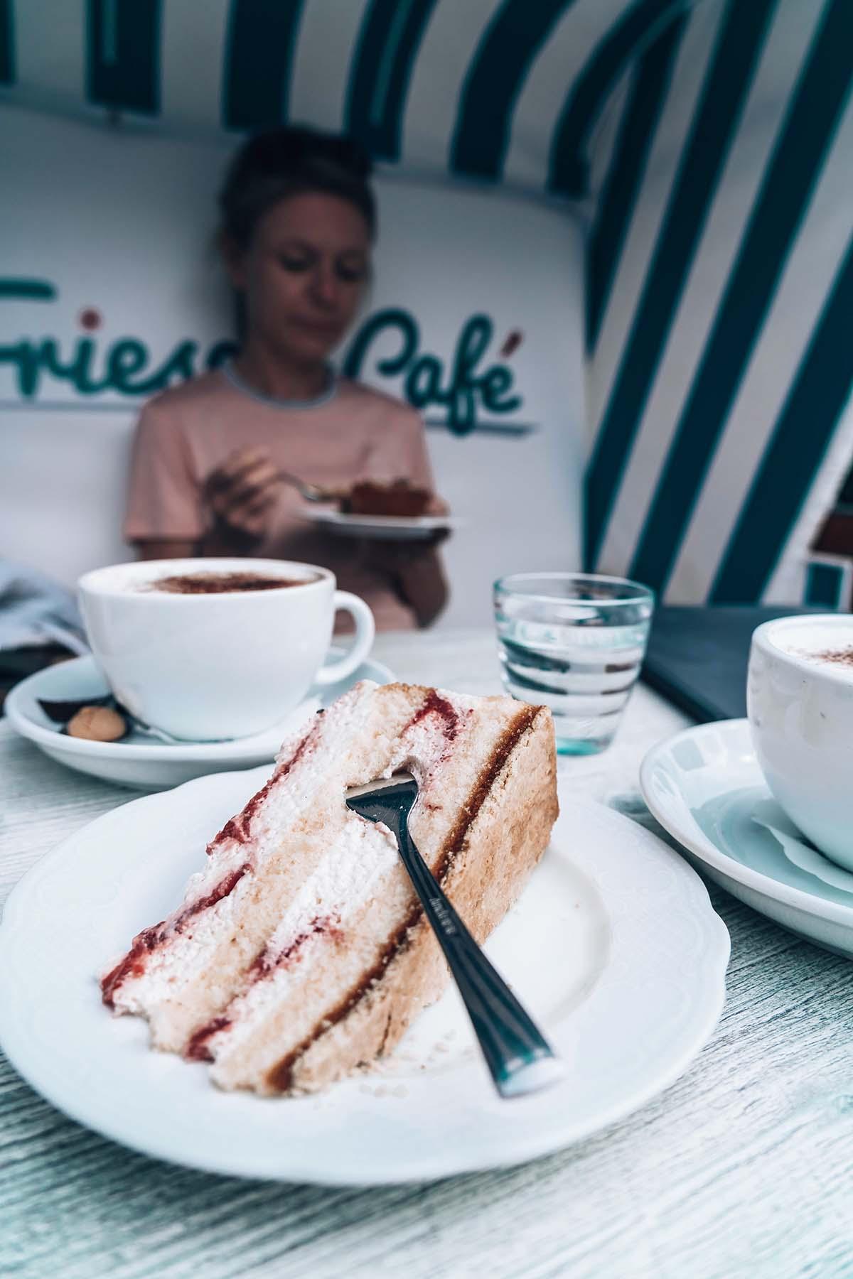 amrum-insel-urlaub-friesencafe-kuchen-frau