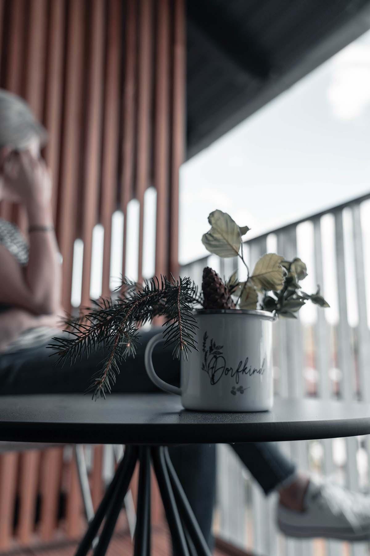 guest-house-winterfeld-bodenmais-balkon-frau-01