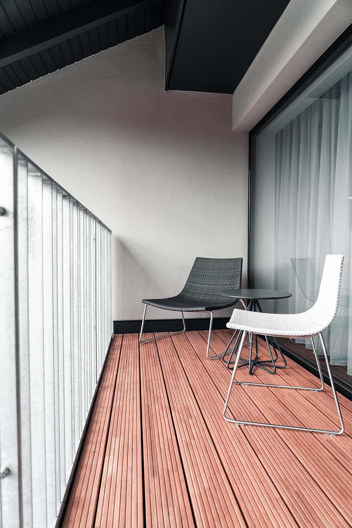 guest-house-winterfeld-bodenmais-balkon-stuehle-tisch