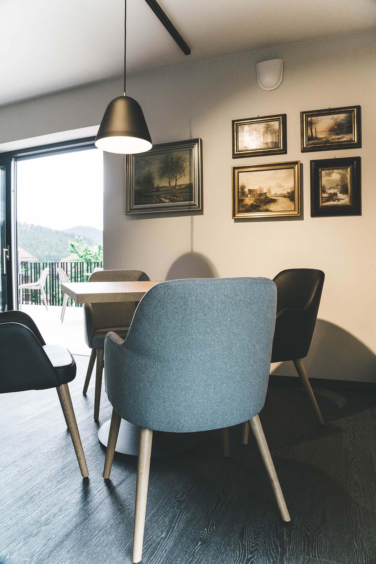 guest-house-winterfeld-bodenmais-stuehle-tisch-wandbilder