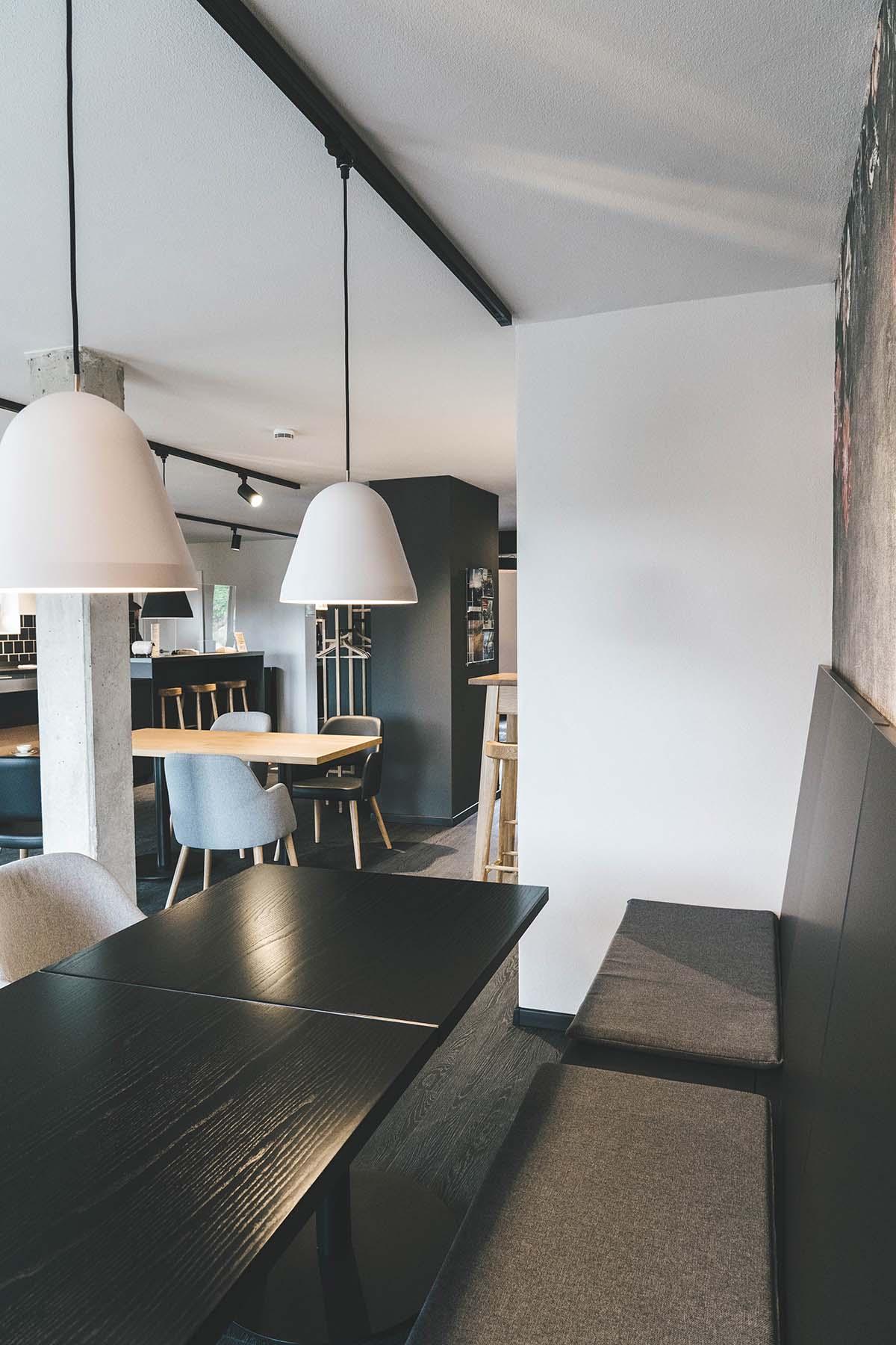 guest-house-winterfeld-bodenmais-tische-lampen