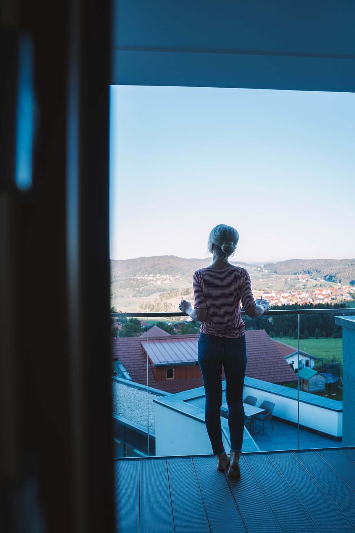 wellnesshotel-huettenhof-frau-balkon-aussicht