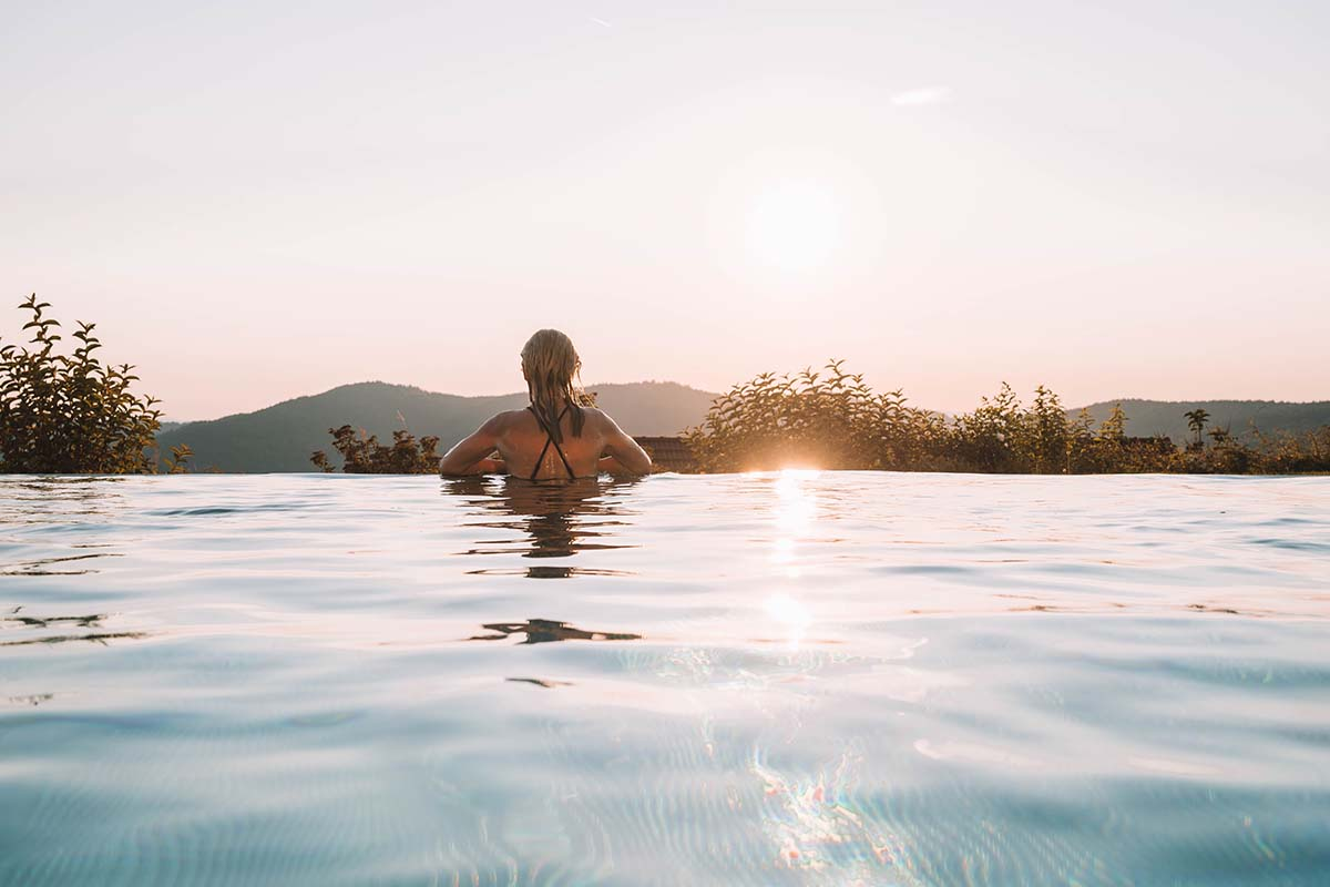 wellnesshotel-huettenhof-frau-pool-sonne-01
