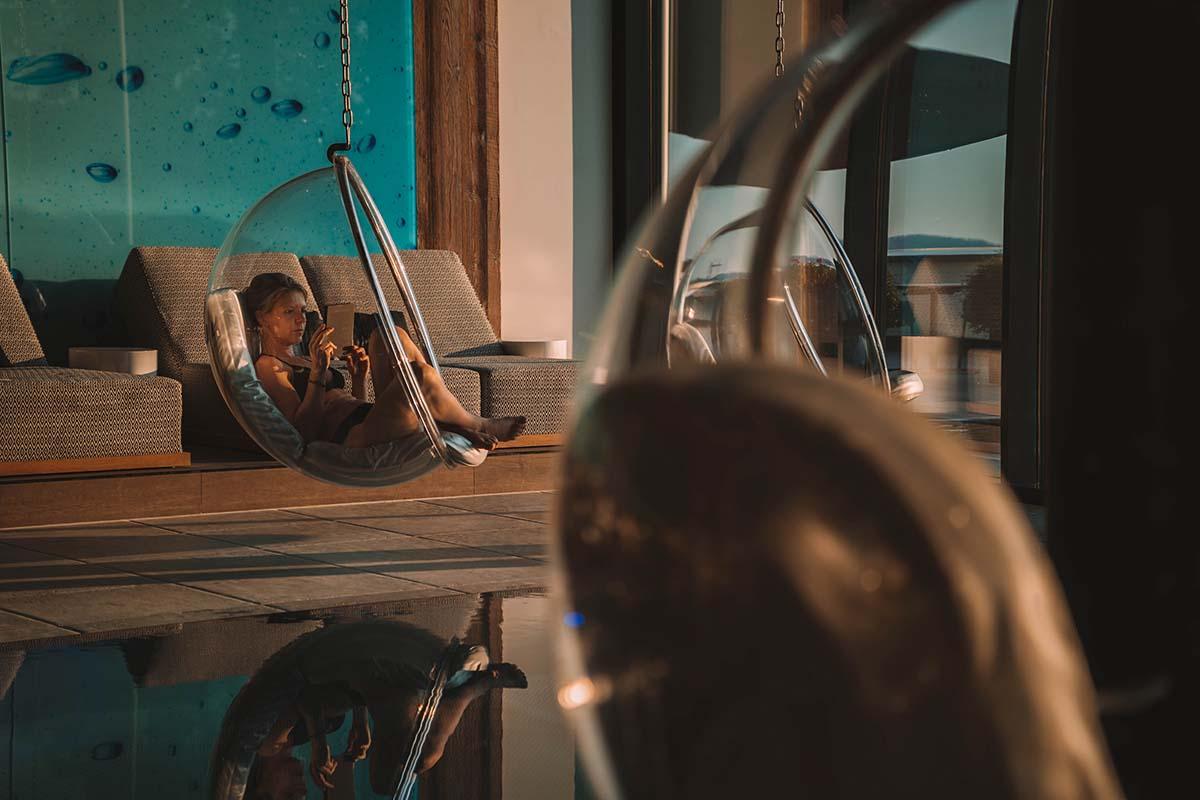 wellnesshotel-huettenhof-wellness-pool-frau
