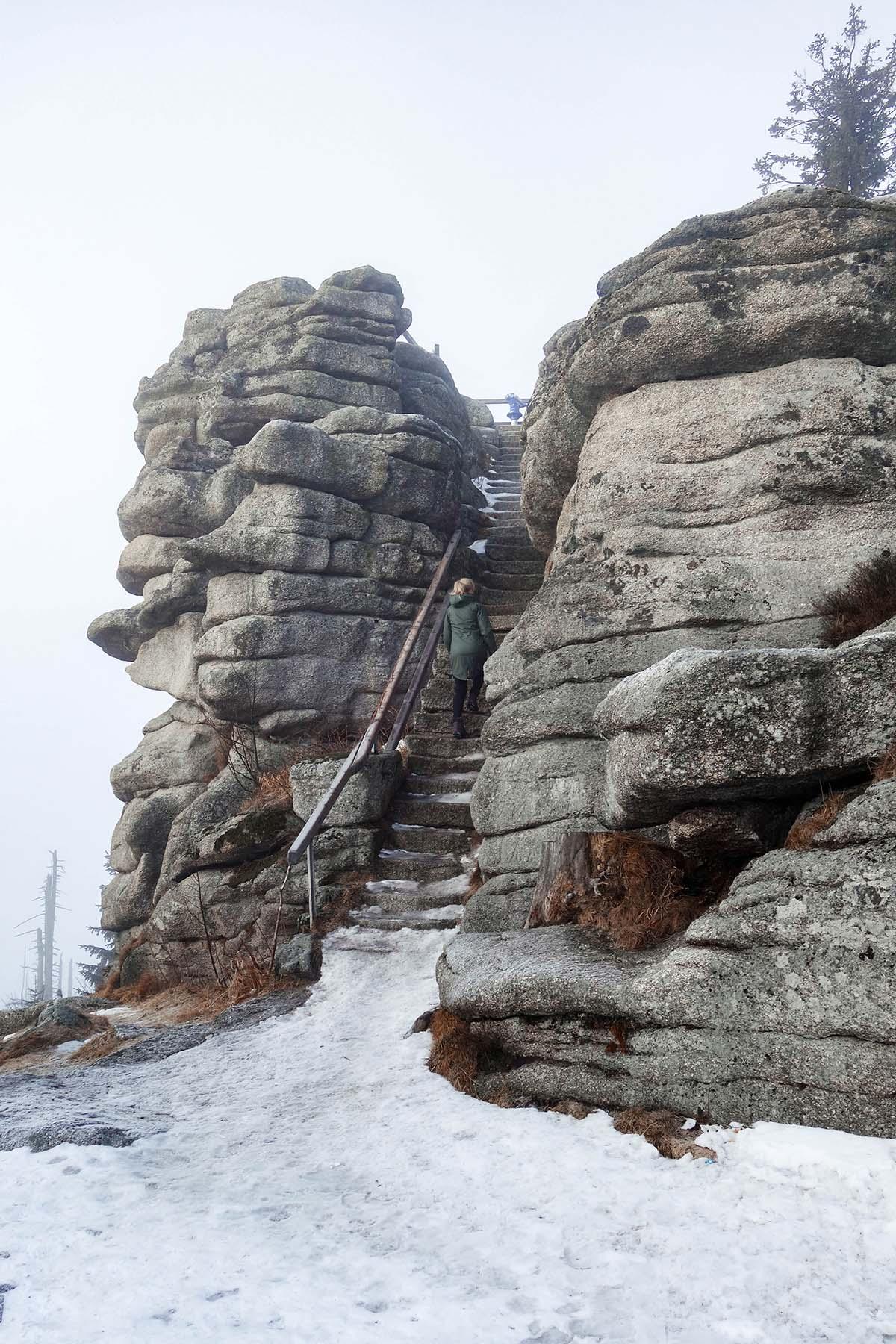 winterwanderung-dreisessel-hochstein-felsen-schnee-02