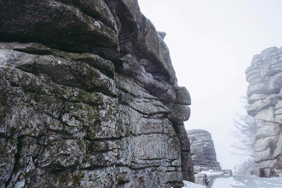 winterwanderung-dreisessel-hochstein-felsen-schnee