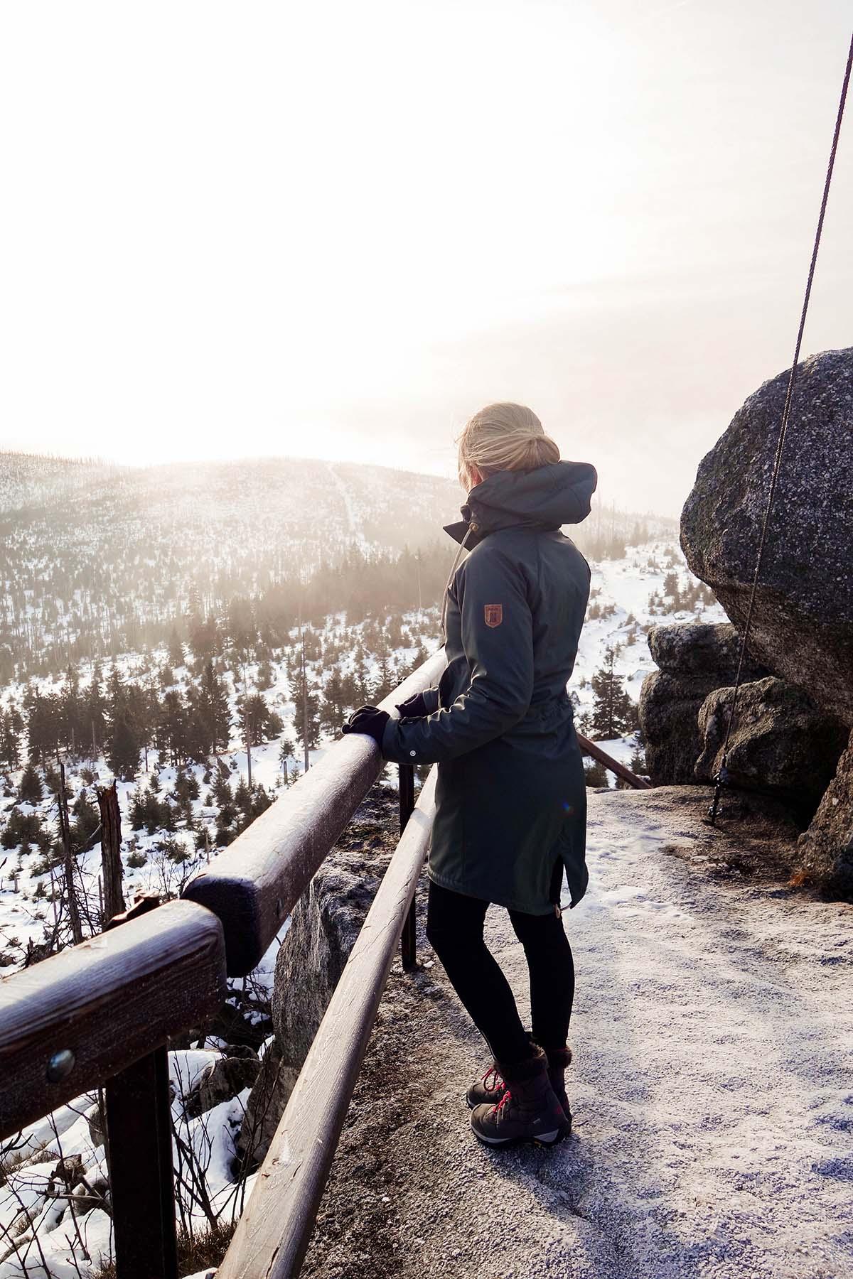 winterwanderung-dreisessel-hochstein-winter-frau-winter-sonne