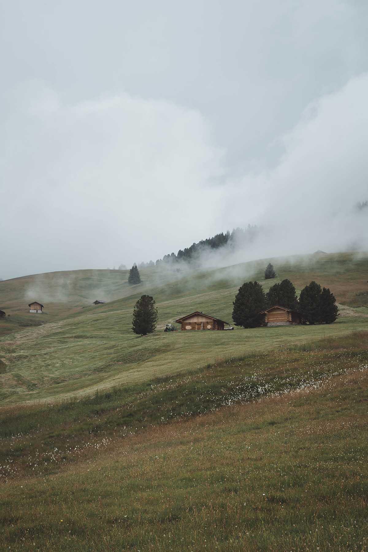 ausflugsziele-wandern-dolomiten-suedtirol-seiser-alm-wolken-landschaft