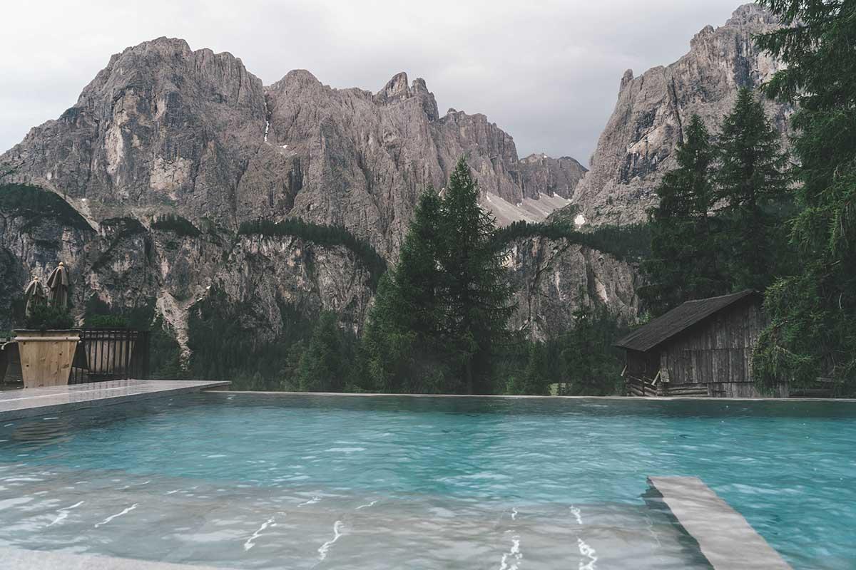 mountain-resort-kolfuschgerhof-dolomiten-blick-infinitypool