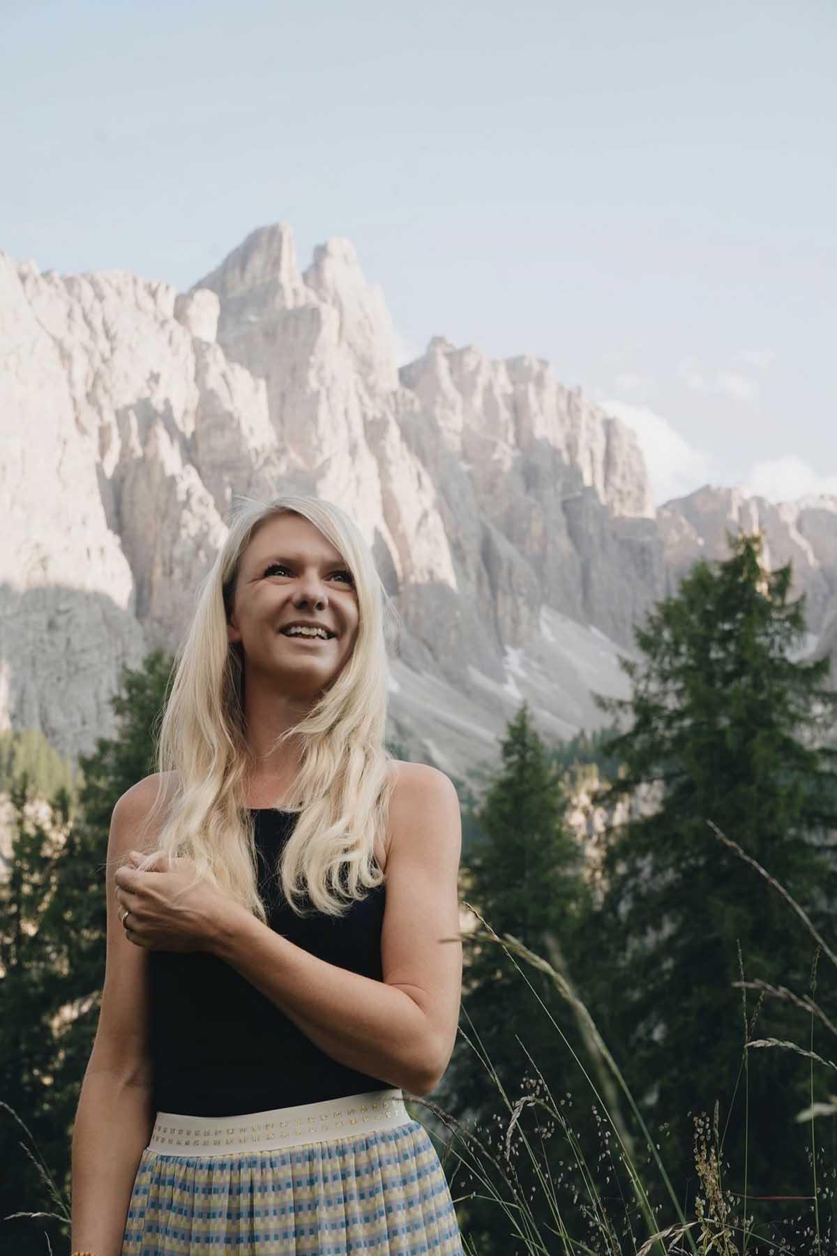 mountain-resort-kolfuschgerhof-dolomiten-frau-berge