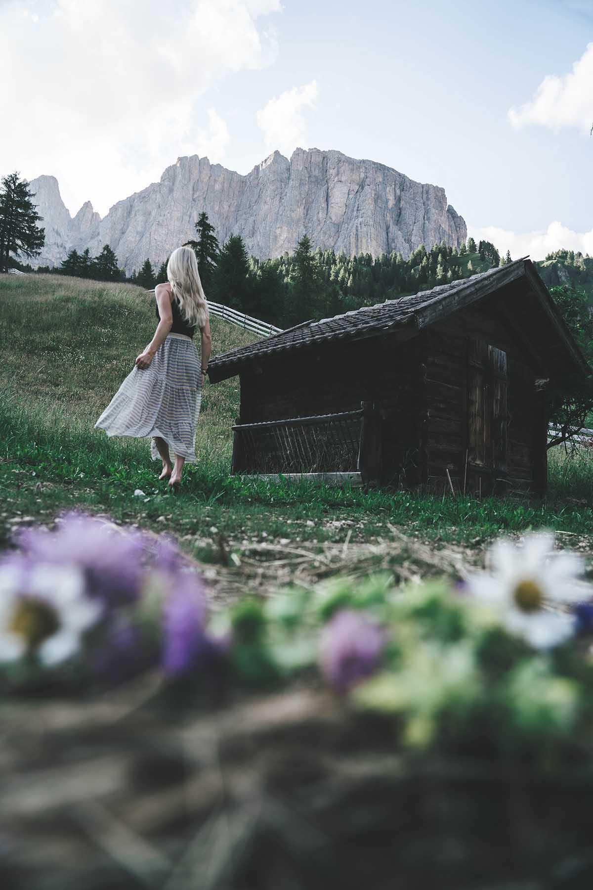 mountain-resort-kolfuschgerhof-dolomiten-frau-berghuette-01