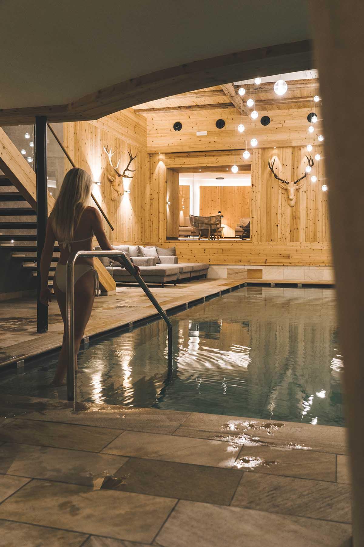 mountain-resort-kolfuschgerhof-dolomiten-frau-indoor-pool