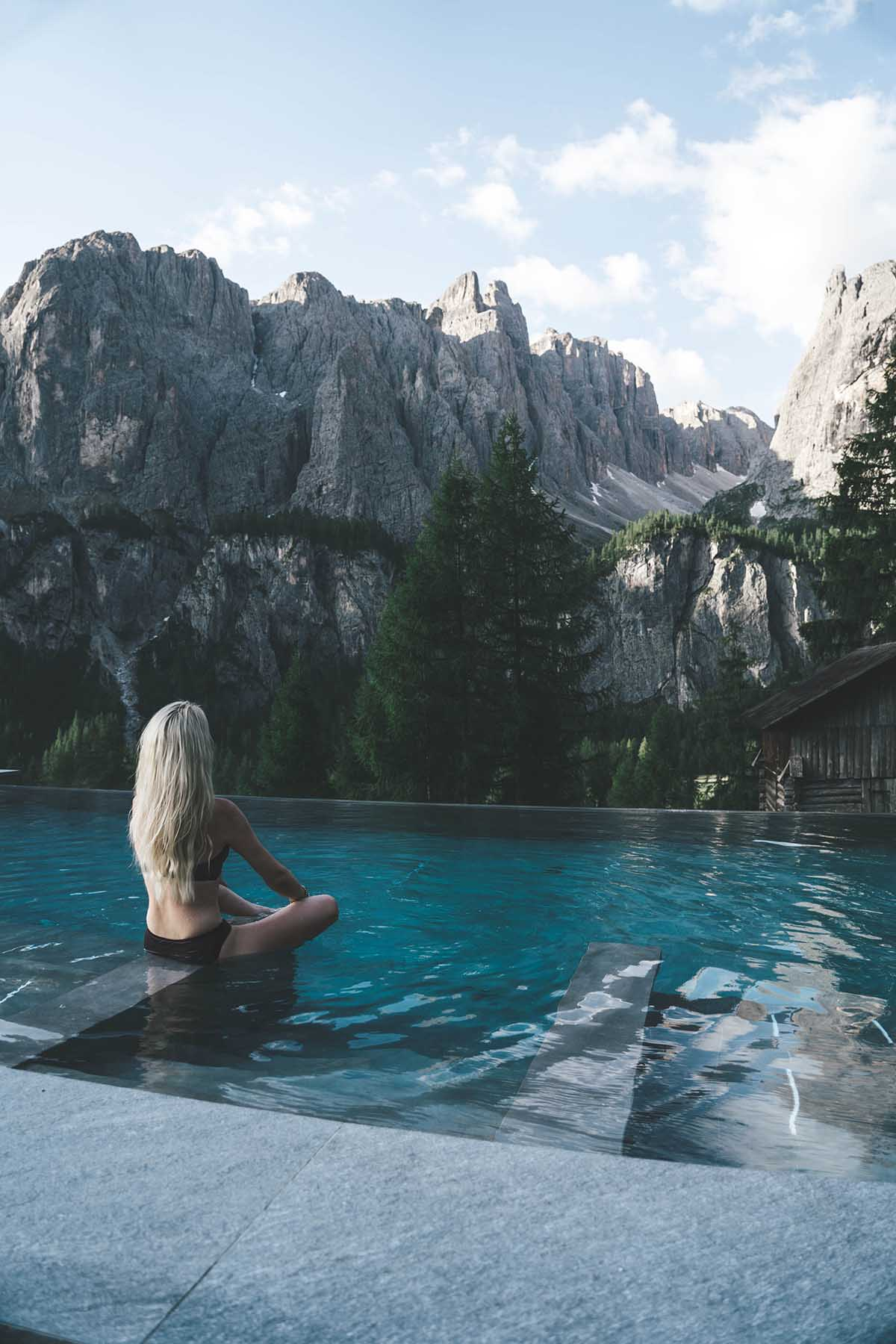 mountain-resort-kolfuschgerhof-dolomiten-frau-infinity-pool-01