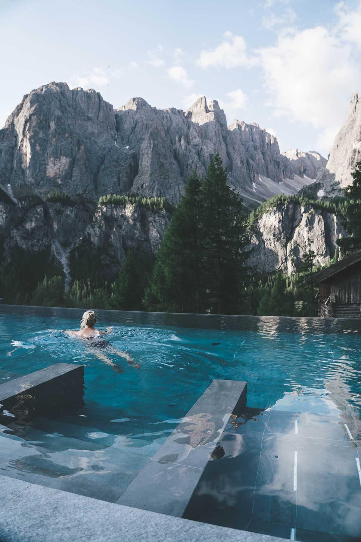 mountain-resort-kolfuschgerhof-dolomiten-frau-pool-01