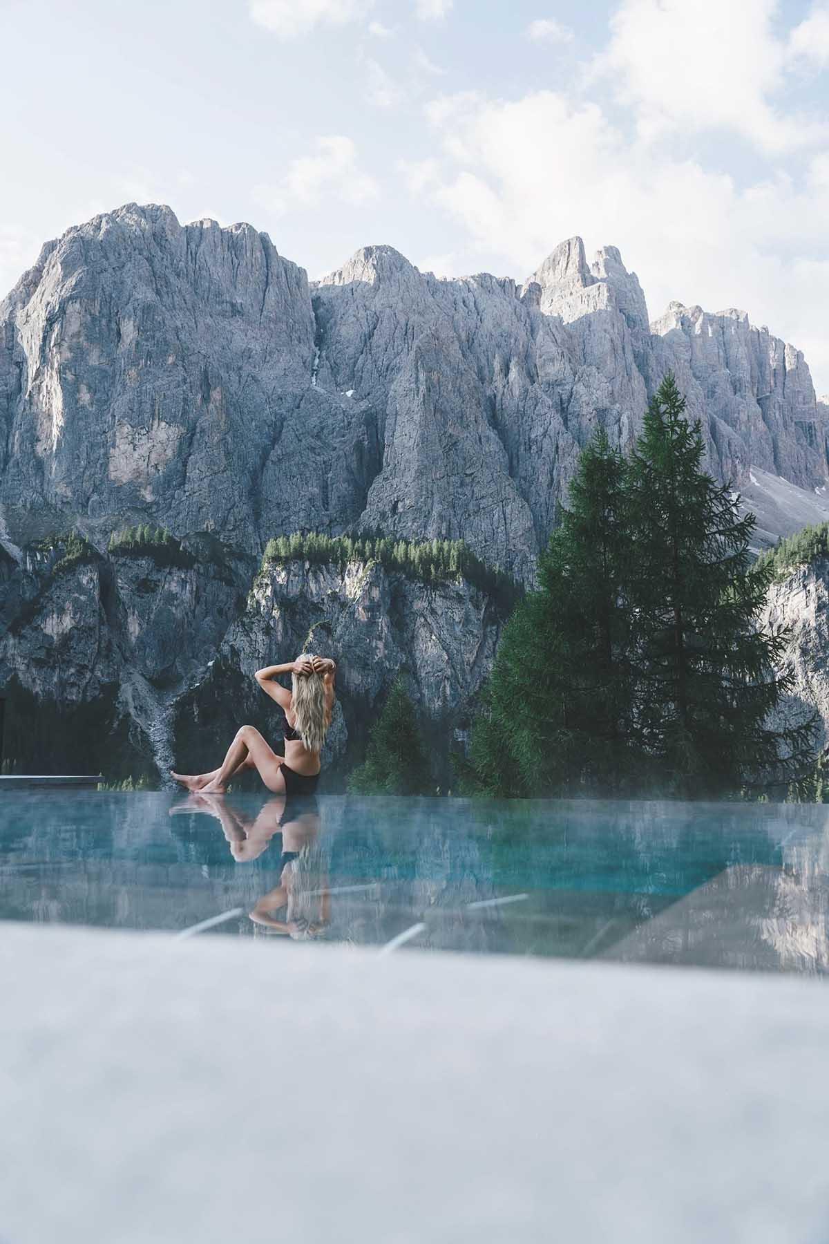 mountain-resort-kolfuschgerhof-dolomiten-frau-pool-berge