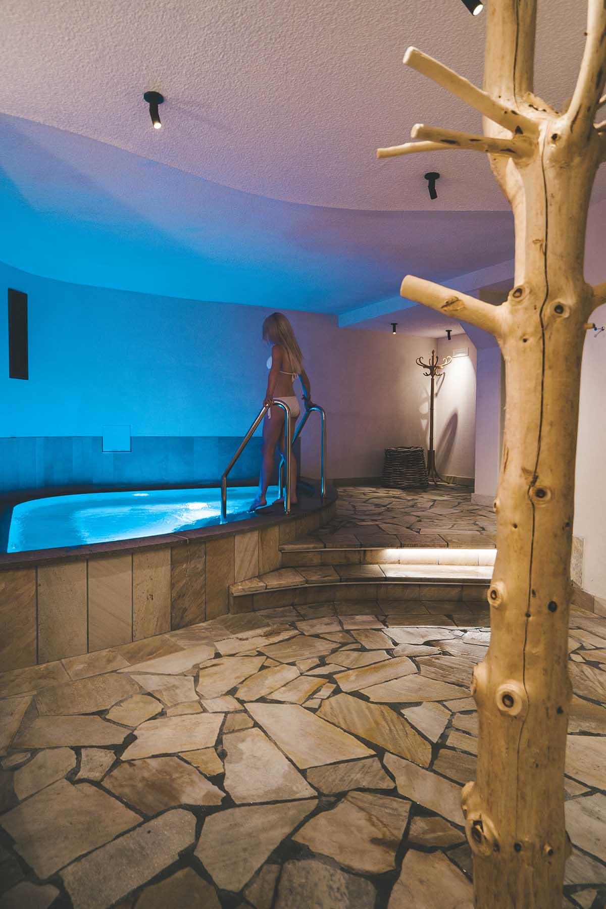 mountain-resort-kolfuschgerhof-dolomiten-frau-whirlpool